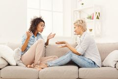 2 молодых женских друз беседуя Стоковое фото RF