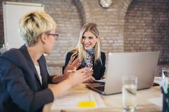 2 молодых женских коллеги в офисе, работая совместно Стоковые Изображения RF