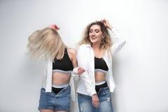 2 молодых женских модели стоя рядом друг с другом Стоковая Фотография