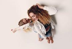 2 молодых женских модели стоя рядом друг с другом Стоковые Изображения
