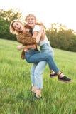 2 молодых женщины имея потеху outdoors Стоковое Изображение RF
