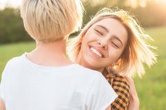 2 молодых женщины имея потеху outdoors Стоковая Фотография RF