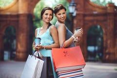 2 молодых женщины моды с хозяйственными сумками в городе Стоковое Изображение