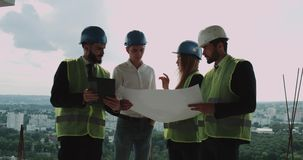 4 молодых инженеры и архитектора объединяются в команду анализирующ проект здания акции видеоматериалы