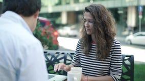 2 молодых коллеги работая в caffe лета сток-видео
