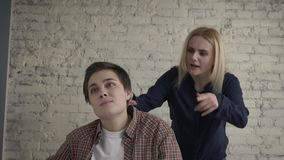 2 молодых лесбосских девушки враждуют, misunderstanding, конфликт, скандал, клекоты блондинкы на ее партнере 60 fps акции видеоматериалы