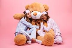 2 молодых милых девушки в спать пижам Стоковое Фото