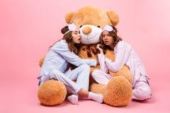 2 молодых милых девушки одетой в пижамах Стоковое Фото