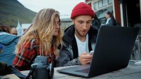 2 молодых независимых millennials на случайной встрече сток-видео