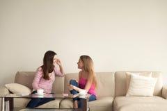2 молодых подруги ослабляя дома и имея личное conve Стоковые Фотографии RF