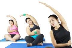 2 молодых полных женщины делая йогу Стоковое фото RF