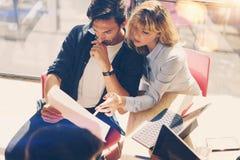 2 молодых предпринимателя ищут решение дела во время процесса работы на солнечном офисе люди деловой встречи Стоковое Изображение RF
