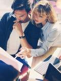 2 молодых предпринимателя ищут решение дела во время процесса работы на солнечном офисе люди деловой встречи Стоковая Фотография