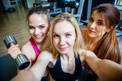 3 молодых привлекательных женщины делая selfie в спортзале Стоковые Изображения RF