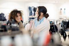 2 молодых привлекательных подруги идут ходить по магазинам Стоковые Изображения
