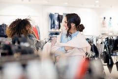 2 молодых привлекательных подруги идут ходить по магазинам Стоковое Изображение RF