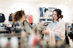 2 молодых привлекательных подруги идут ходить по магазинам Стоковое фото RF