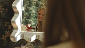 2 молодых сексуальных блондинкы с длинными волосами подготавливают для партии, готовят зеркало и улыбку видеоматериал