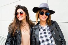 2 молодых современных девушки на улице Стоковое фото RF