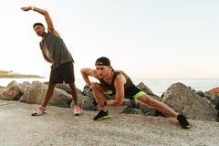 2 молодых спортсмена нагревая outdoors Стоковая Фотография RF