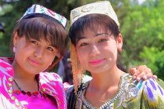 2 молодых узбекских женщины традиционно одели представлять внутри мавзолея Bakhautdin Naqshband около Бухары стоковое фото rf