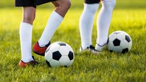 2 молодых футболиста тренируя на поле травы Мальчики в sportswear Стоковое Фото