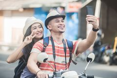 2 молодых backpackers принимая selfies используя камеру w мобильных телефонов стоковое изображение rf