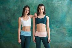 2 молодых sporty женщины представляя на спортзале Стоковые Фото