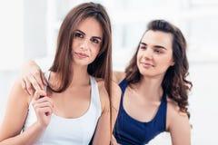 2 молодых sporty женщины представляя на спортзале Стоковые Фотографии RF