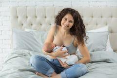 молоковыведение Newborn и грудное молоко стоковая фотография rf