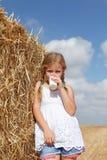Молоко белокурой девушки выпивая Стоковая Фотография RF
