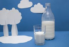 молоко бутылочного стекла стоковое изображение rf