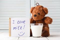 Молоко влюбленности плюшевого медвежонка, концепция завтрака ребенк Стоковое Фото
