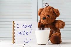 Молоко влюбленности плюшевого медвежонка, концепция завтрака ребенк Стоковые Изображения