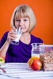 Молоко девушки выпивая Стоковые Фотографии RF