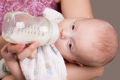 молоко девушки младенца выпивая Стоковые Фото