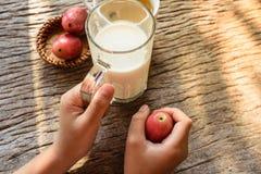 молоко для выпивать ребенк стоковая фотография
