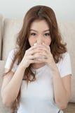 Молоко женщины выпивая Стоковые Фотографии RF