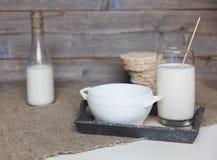 Молоко и хлопья на linen скатерти Стоковое Изображение