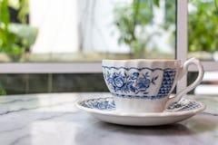 Молоко кофе в чашке на мраморной таблице стоковые изображения