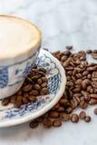 Молоко кофе в чашке на мраморной таблице стоковые изображения rf