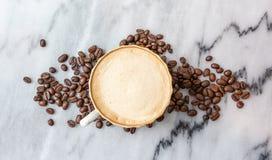 Молоко кофе в чашке на мраморной таблице стоковое изображение rf