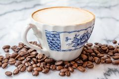 Молоко кофе в чашке на мраморной таблице стоковые фото