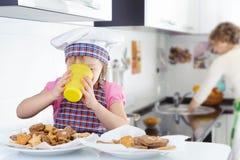 Молоко маленькой милой девушки выпивая Стоковая Фотография