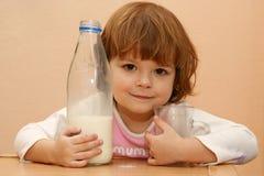 молоко малышей питья Стоковое фото RF