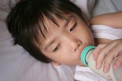 молоко мальчика выпивая Стоковая Фотография RF