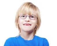 молоко мальчика пропуская показывающ зубы Стоковая Фотография