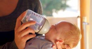 Молоко матери питаясь к ее ребенку в живя комнате 4k сток-видео