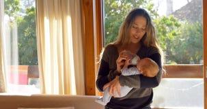 Молоко матери питаясь к ее ребенку в живя комнате 4k акции видеоматериалы