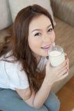 Молоко молодой женщины выпивая Стоковые Фотографии RF